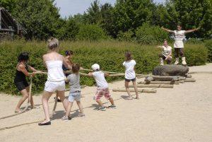 Les enfants tirent des menhirs au Préhisto'site du Cairn